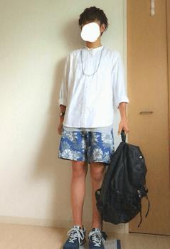 花柄のショートパンツ×白のシャツ×スニーカー