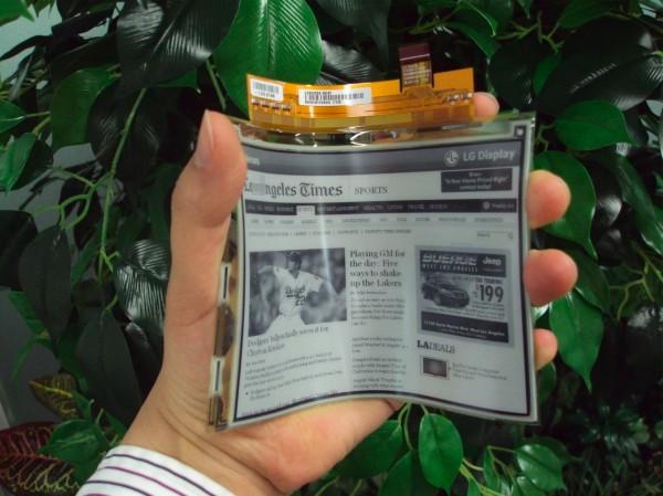 ep LG mostra uma tela de plástico flexível, e anuncia os seus primeiros produtos com tal tecnologia para o mês que vem
