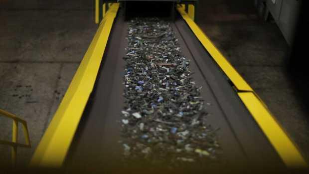 HP LJ cartrige recycling shred on conveyer belt HP amplia programa de coleta de cartuchos para reciclagem