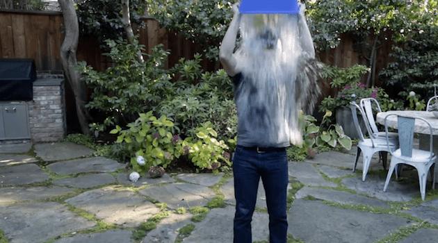 zuckerberg balde agua Vídeo   Veja como Zuckerberg, Cook e Gates sucumbiram ao balde de água gelada