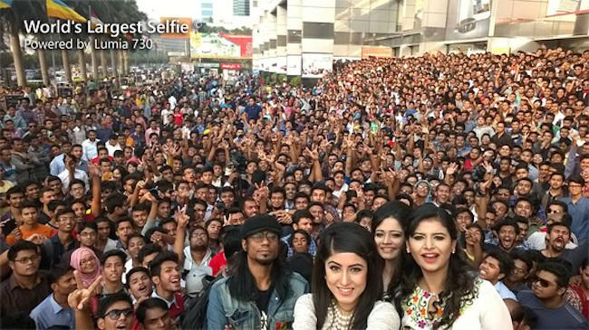 650 1000 selfie 730 1151 pessoas em uma selfie, com a ajuda do Lumia 730