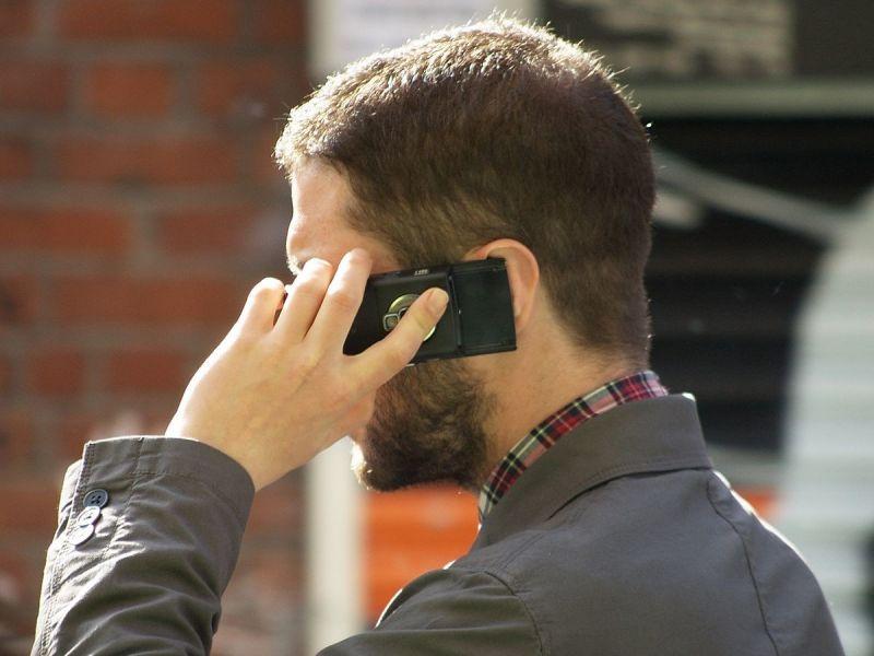 homem-usando-celular