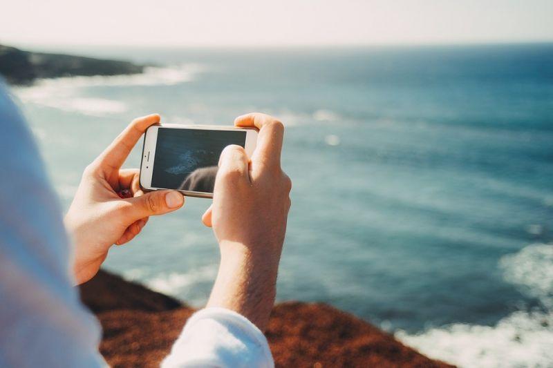 usando smartphone em dia de sol