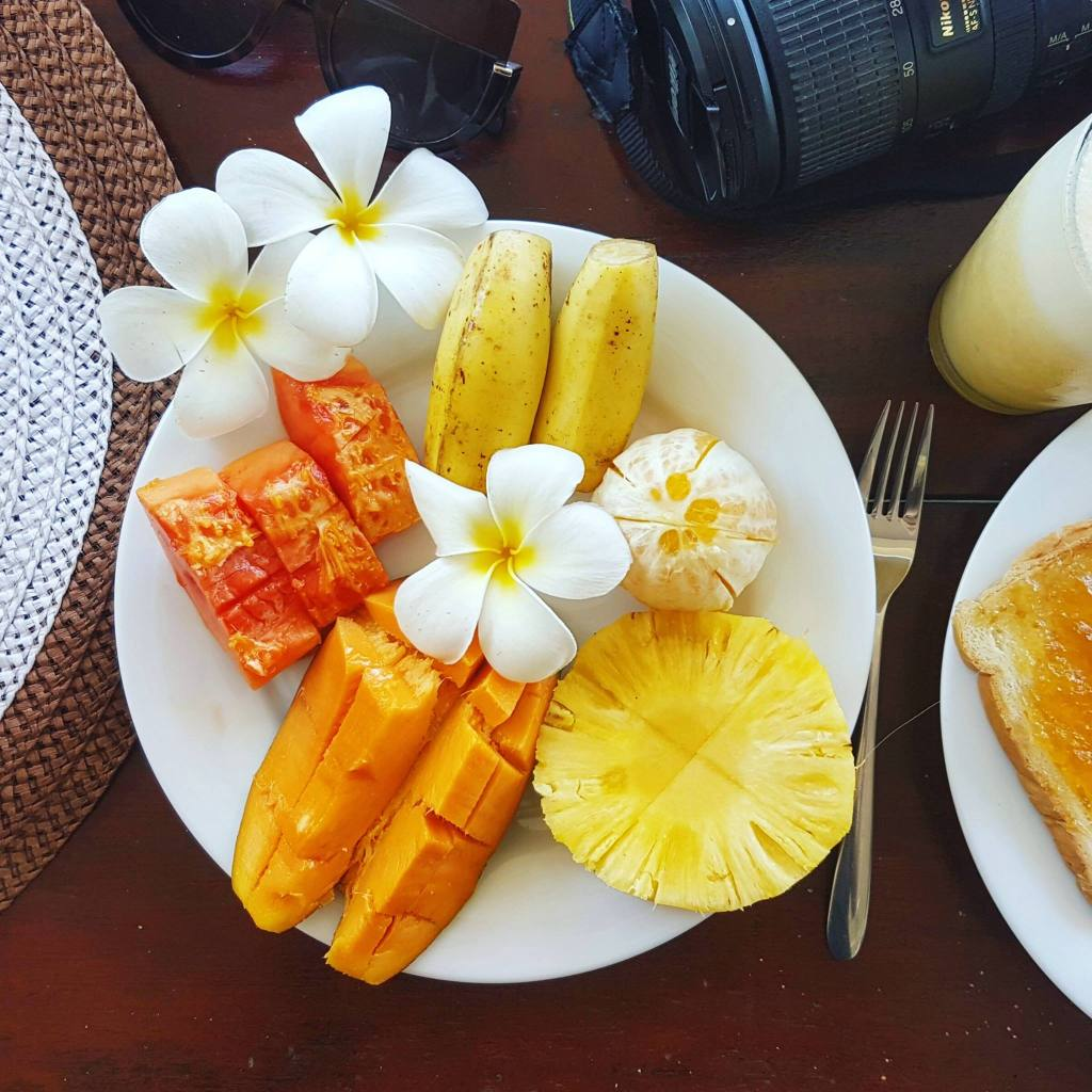 Owocowe śniadanie w Restauracji Jungle Beach w Unawatunie, W zestawie tosty, dżem, owoce i jajka.