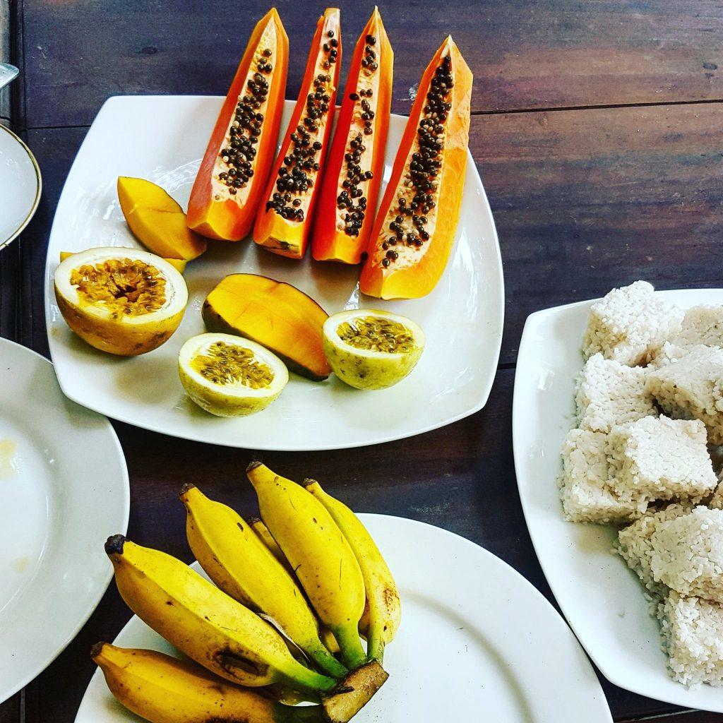 Papaja i marakują na śniadaniu w pensjonacie Fauna&Flora w Mirissie. Obok tradycyjne lankijskie ciasto ryżowe.