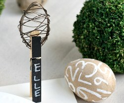 Chalkboard-Easter-Eggs-with-DIY-Wire-Egg-Topppers-via-@Tarynatddd