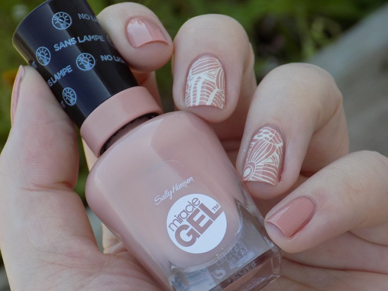 Sally Hansen Miracle Gel 184 Frill Seeker - Swatches stamped with Mundo de Unas Bone and BP115 stampping plate - Shade