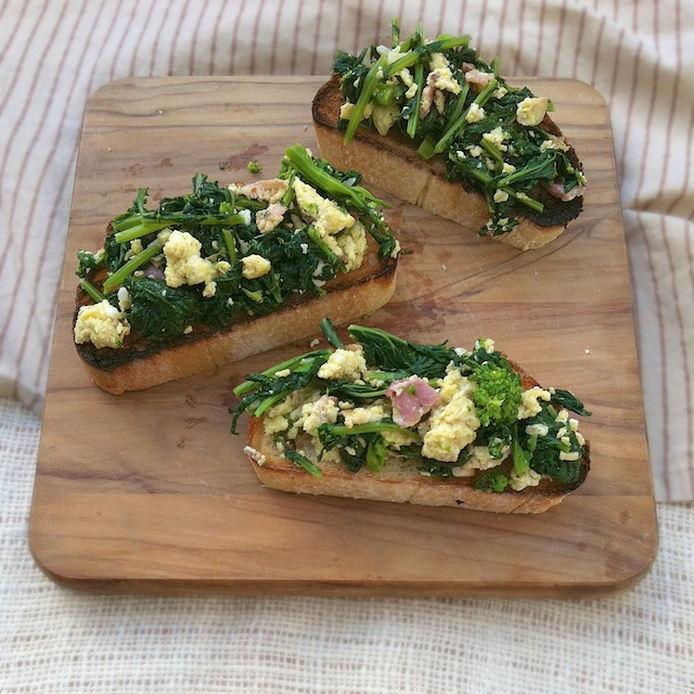 Broccoli Rabe, Bacon & Eggs Bruschetta | Teaspoonofspice.com