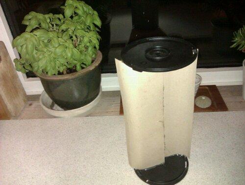en mini VAWT vindmølle model af pap og cdrom boks