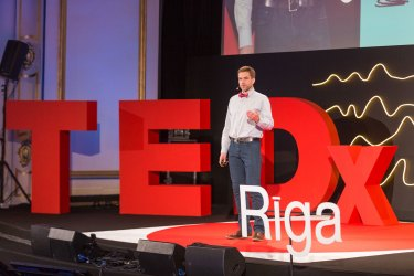 Transcending instincts: crowdsourced data can fix your motivation | Agnis Stibe at TEDxRiga
