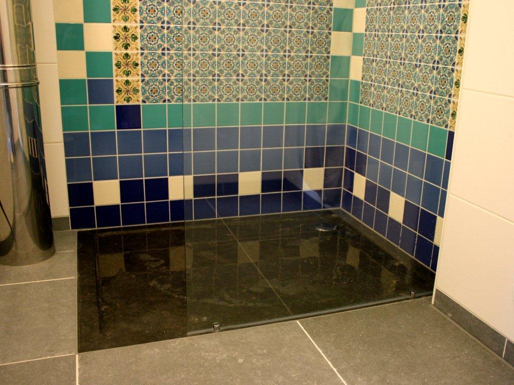 Handgemaakte wandtegels in de badkamer portugese tegels tegelaer - Badkamer wandtegels ...