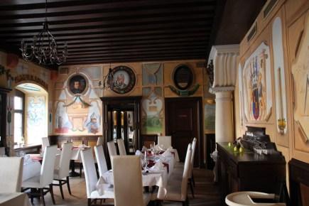 Ein Restaurant eingedeckt für Feierlichkeiten