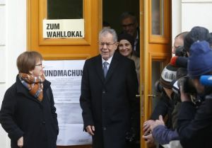 Austrian presidential candidate Alexander Van der Bellen, who is supported by the Greens, and his wife Doris Schmidauer leave polling station in Vienna, Austria, December 4, 2016.   REUTERS/Heinz-Peter Bader