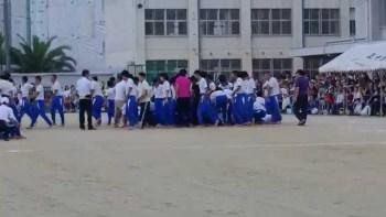 【危険】中学生の組体操の10段ピラミッドが崩れ落ちる動画が話題に。