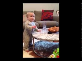 まだ伝い歩きの赤ちゃんに完全に試されるママの様子に笑いが止まらない!