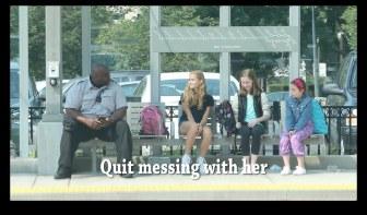 1人の女の子がいじめられていると気づいた時、人はどんな行動をとるのでしょうか?