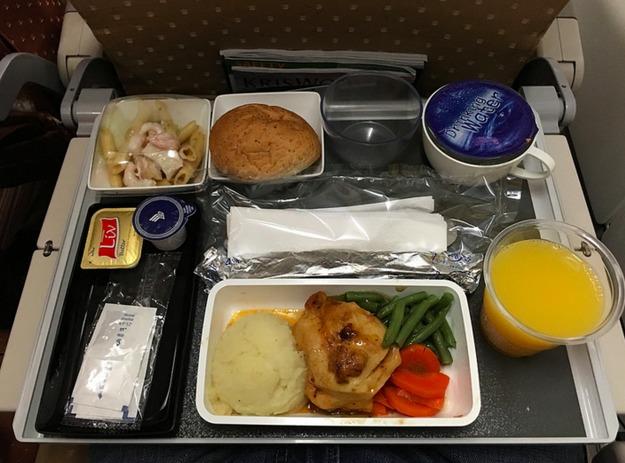 世界の航空会社のエコノミーとビジネス・ファーストの食事内容を比較してみたwwww