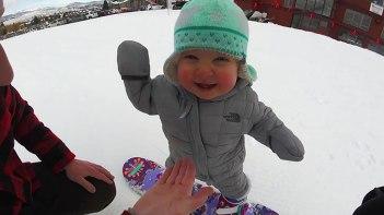 1歳の赤ちゃんがスノーボードで滑る様子がとっても愛らしい♪