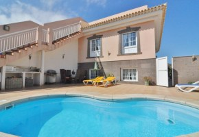 5 Bed 4 Bath house with pool for sale in El Medano 390,000€