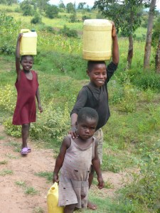 During the dry season, children in Lela walk about one and a half miles to get safe drinking water in a nearby town. (Photo: EWB-USA, Oregon State University)
