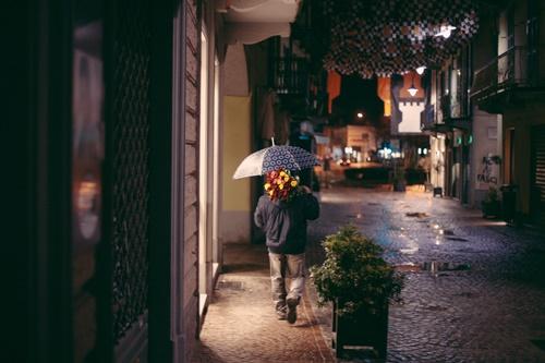 傘をさして歩いている人