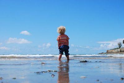 海辺に立つ男の子
