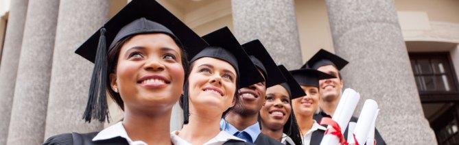 Studierende vor Universität