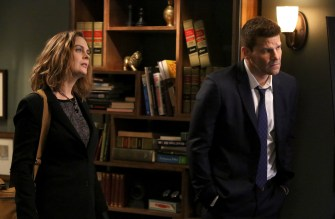 "BONES: L-R: Emily Deschanel and David Boreanaz in the Spring premiere ""The Death In The Defense"" episode of BONES airing Thursday, April 14 (8:00-9:00 PM ET/PT) on FOX. ©2016 Fox Broadcasting Co. Cr: Patrick McElhenney/FOX"