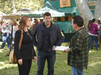 "BONES: L-R: Emily Deschanel, David Boreanaz and guest star Dave Thomas in the ""The Flaw in the Saw"" episode of BONES airing Tuesday, Feb. 7 (9:01-10:00 PM ET/PT) on FOX. ©2017 Fox Broadcasting Co. Cr: Ray Mickshaw/FOX"