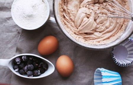 Готовим вместе: кексы с черной смородиной