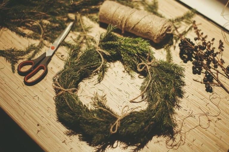 Зимний уют: смастерить еловый венок своими руками