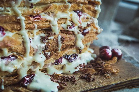 Карамелизированный торт со свежими ягодами