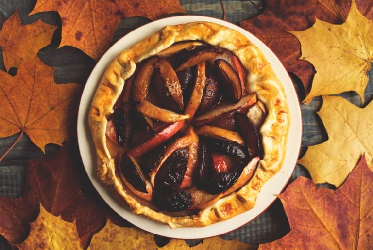 Готовим вместе: осенняя галета с яблоками и сливами