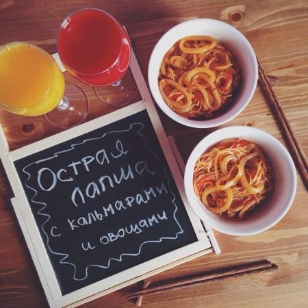 Быстрые рецепты от Вероники: острая лапша с кальмарами и овощами