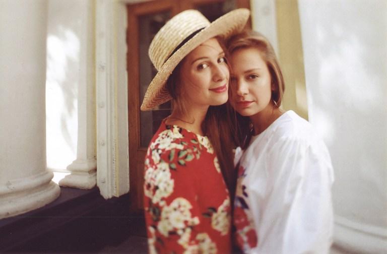 Как в детстве: фотосессия сестер Даши и Вари