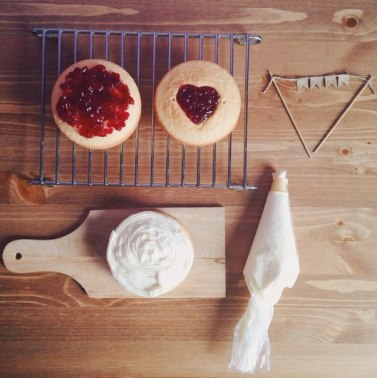 Тортик с творожным кремом и джемом