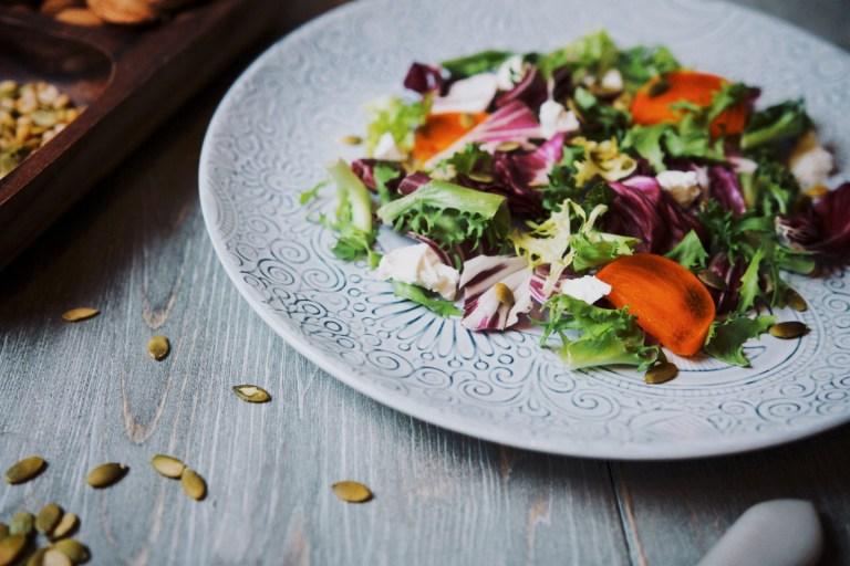 Рецепт салата с зеленью, хурмой и козьим сыром
