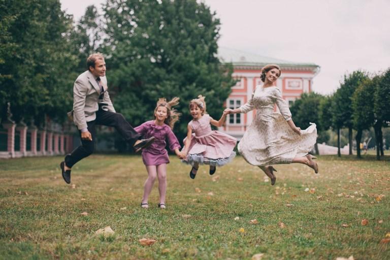 Семейная прогулка в парке: Юля, Андрей, Арина, Варвара и Бусинка