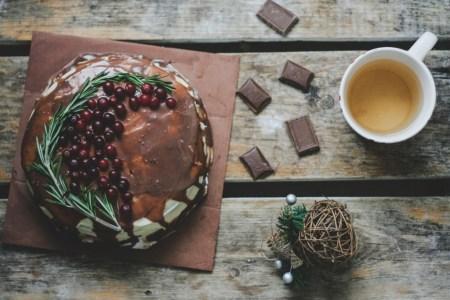 Рецепт шоколадного торта с вишней и сливочным кремом
