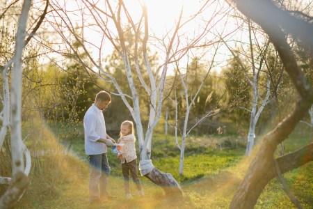 В яблоневом саду: семейная фотосессия