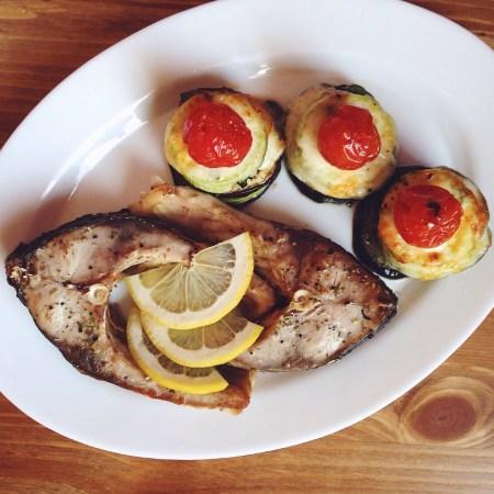 Быстрые рецепты от Вероники: запеченные стейки карпа с башенками из кабачка и баклажана