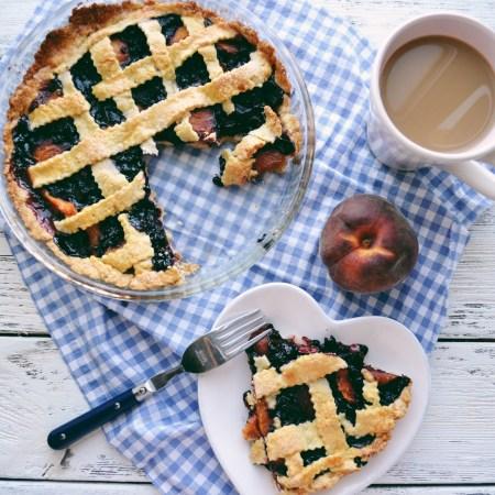 Рецепт пирога с черникой и персиками