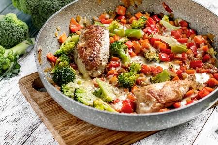 Готовим вместе: Цыпленок в белом вине с овощным ассорти и пармезаном