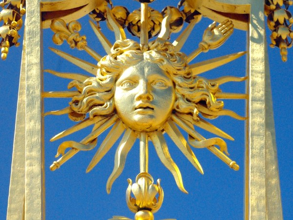 Sun-King-emblem-Palace-of-Versailles-©-French-Moments