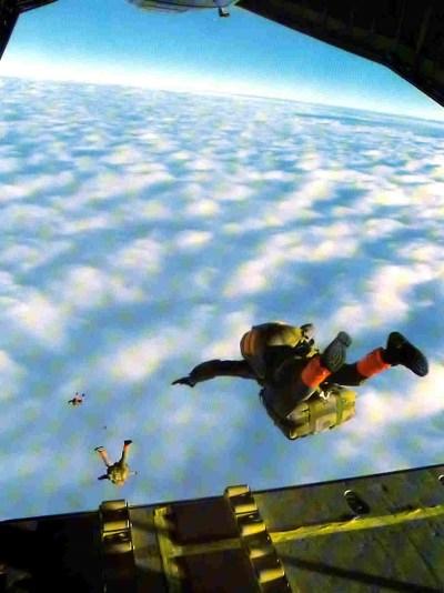 Jean-Yves Socard (au premier plan) lors d'une chute opérationnelle en 1988. Source TB.