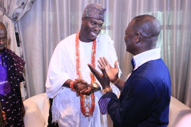 Imperial Majesty Ooni Of Ife Presenting his Gift to Dr. Taiwo Afolabi (1)