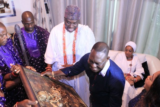 Imperial Majesty Ooni Of Ife Presenting his Gift to Dr. Taiwo Afolabi (2)