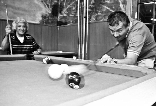 Billiard players in Bogotá