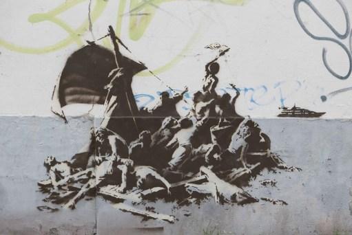 Banksy, We´re not all in the same boat, 2015. Stencil y pintura en aerosol. Calais, Francia
