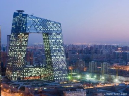 La estructura espectacular e iluminada es Rem KoolhaasOMA, CCTV Headquarters, 2012